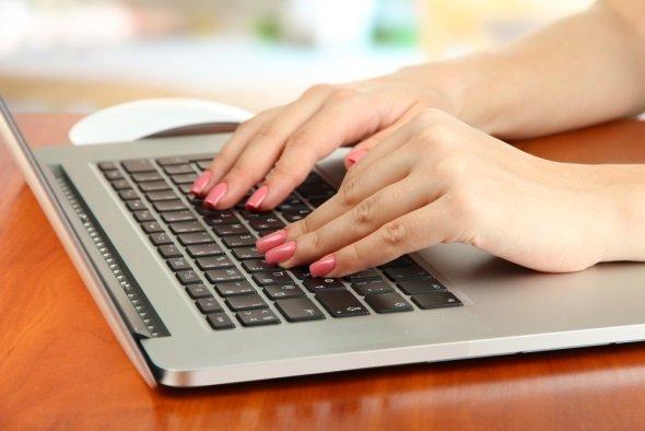 Девушка печатает статью